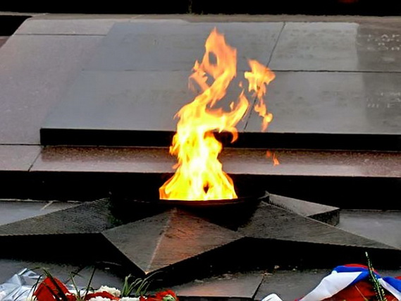 Пошутили. Двое коркинских школьников потушили Вечный огонь