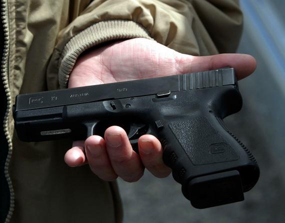 Больной психдиспансера получил справку от медперсонала отом, что может приобрести оружие